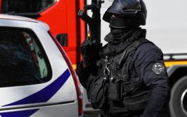 Atac sangeros cu maceta la Paris! trei dintre cei patru oameni înjunghiați sunt în stare foarte gravă