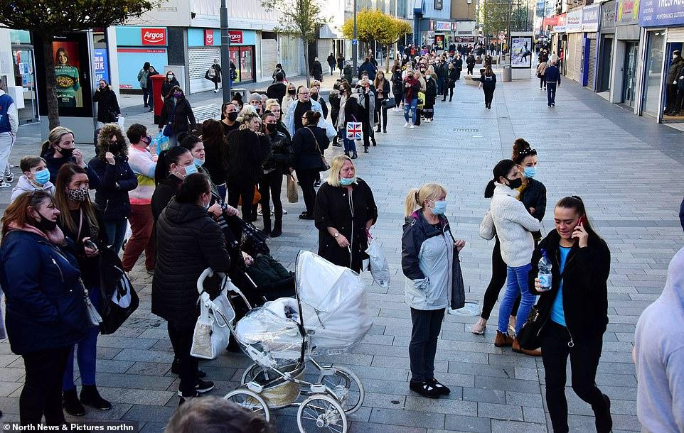 Panică în Londra! Rafturile supermarketurilor se golesc din cauza cozilor imense!