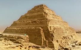 Piramida lui Djoser, cea mai veche piramidă din lume, adesea umbrită de Piramidele din Giza